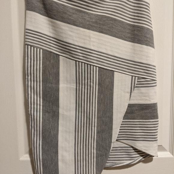 Levora - Stretchy Midi Skirt